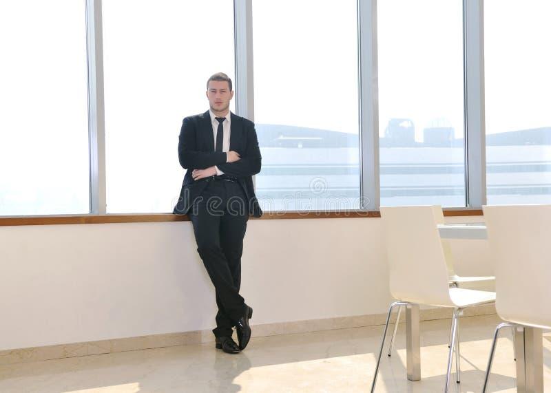 Junger Geschäftsmann alleine im Konferenzsaal stockfoto