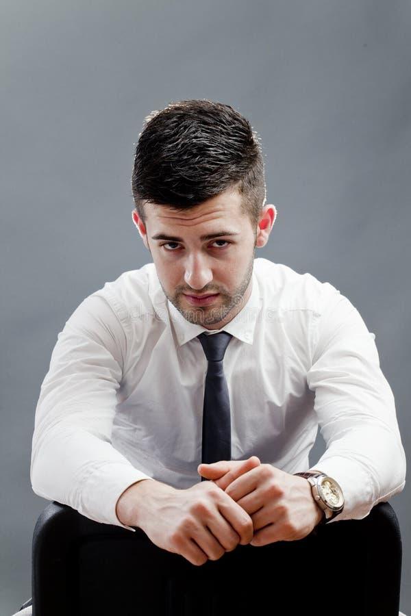 Junger Geschäftsmann auf Stuhl stockfotos