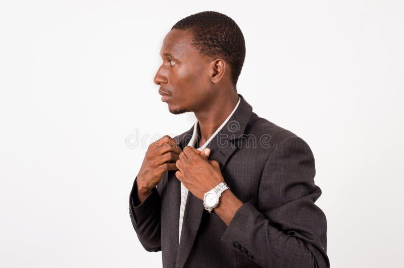Junger Gesch?ftsmann, den Stellung sein Hemd vereinbart, klebt lizenzfreie stockfotografie