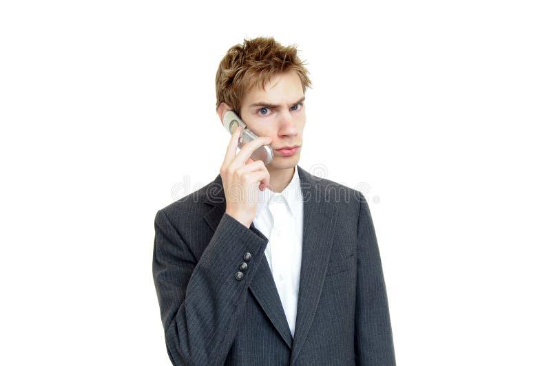 Junger Geschäftsmann, der auf Zelle spricht lizenzfreie stockfotos