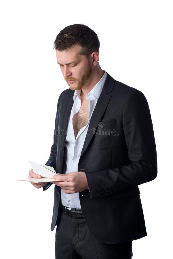 Junger Geschäftsmann, der Bildern traurig betrachtet stockfoto