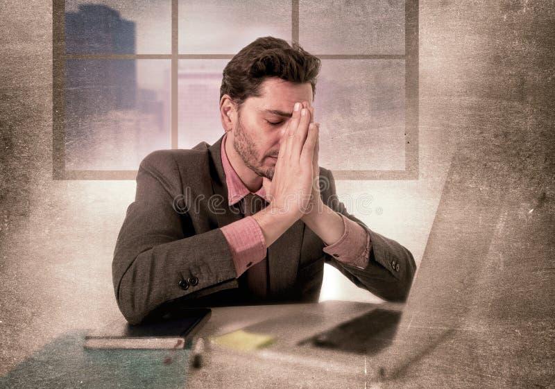 Junger Geschäftsmann, der an Computer an niedergedrückten und traurigen leidenden Kopfschmerzen des Büros arbeitet stockbild