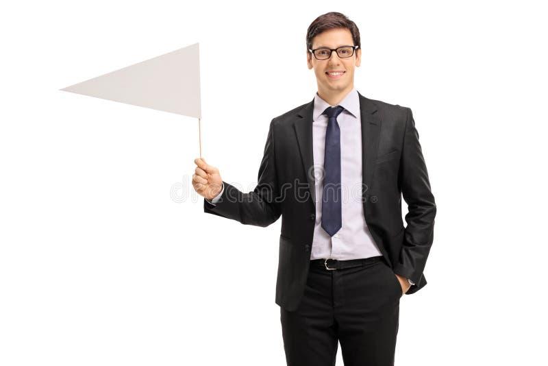 Junger Geschäftsmann, der eine weiße Flagge hält lizenzfreies stockbild