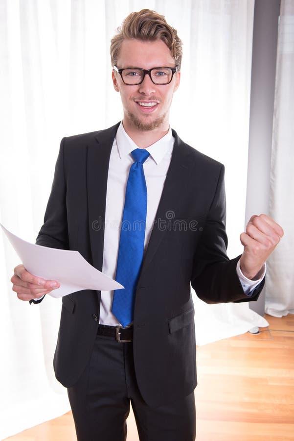 Junger Geschäftsmann, der einen Erfolg genießt lizenzfreies stockfoto