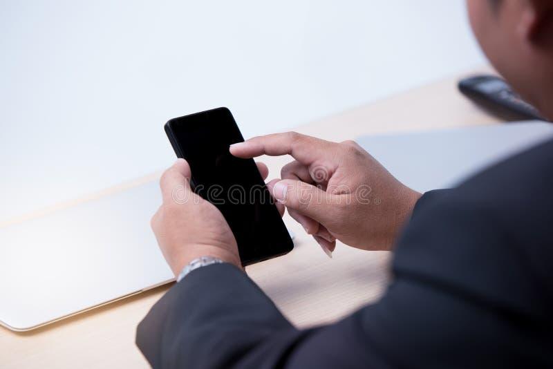 Junger Geschäftsmann, der intelligentes Telefon verwendet stockbilder