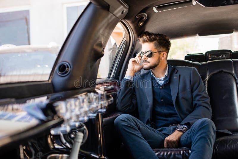 Junger Geschäftsmann in der Limousine lizenzfreies stockbild