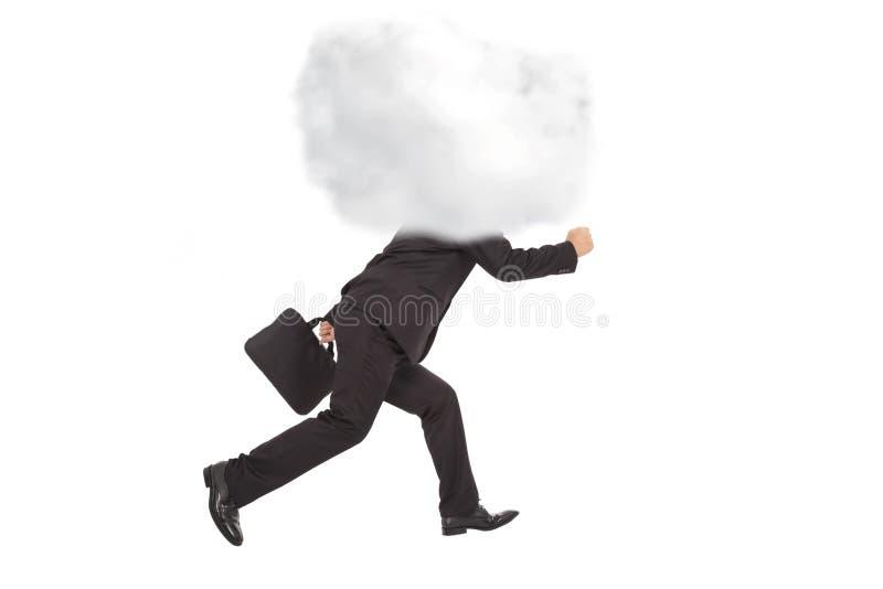 Junger Geschäftsmann, der mit Kopf in den Wolken läuft lizenzfreie stockbilder