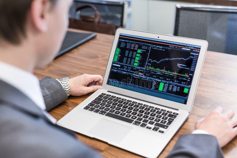 Junger Geschäftsmann, der mit Laptop, Mann ` s Hände auf Notebook arbeitet lizenzfreies stockbild