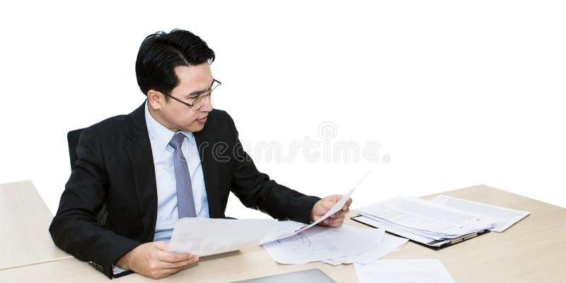 Junger Geschäftsmann, der mit Laptop und Büroartikel arbeitet stockfotografie
