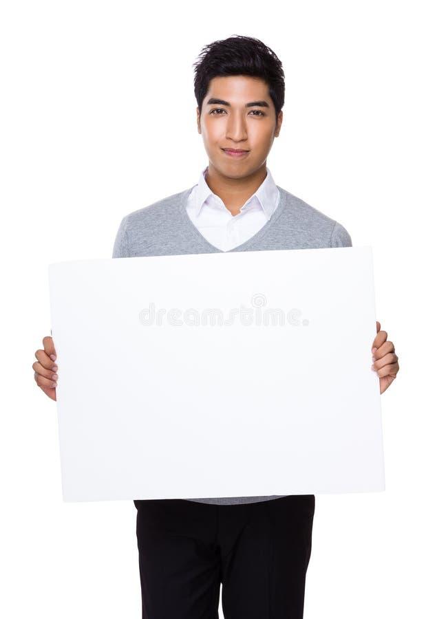 Junger Geschäftsmann, der mit Plakat hält stockbilder