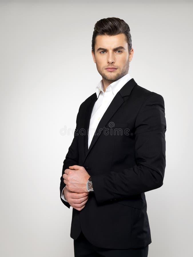 Junger Geschäftsmann der Mode im schwarzen Anzug lizenzfreies stockbild