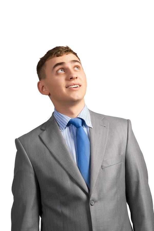 Junger Geschäftsmann, der oben denkt und schaut stockfotografie