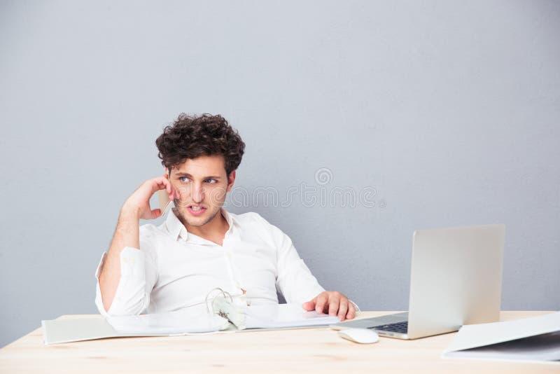 Junger Geschäftsmann, der am Telefon spricht stockfoto
