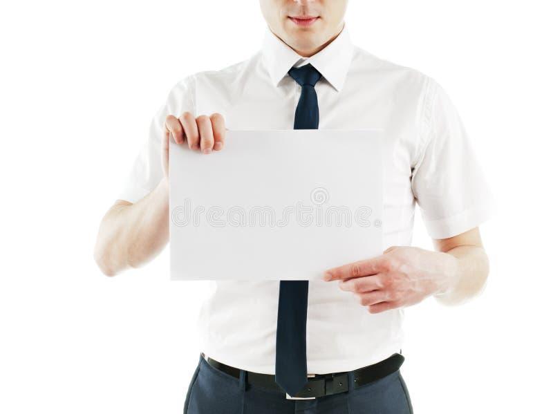 Junger Geschäftsmann, der unbelegte weiße Karte betriebsbereit anhält lizenzfreies stockfoto