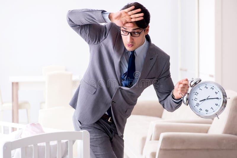 Junger Geschäftsmann, der versucht, vom Hauptinteressieren nach neugeborenem zu arbeiten lizenzfreie stockfotos