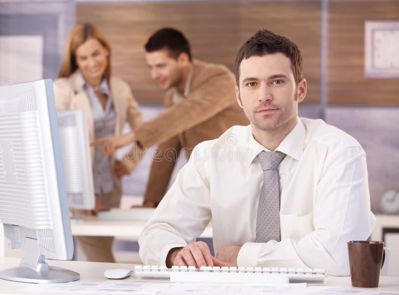 Junger Geschäftsmann an der Weiterbildung lizenzfreies stockfoto