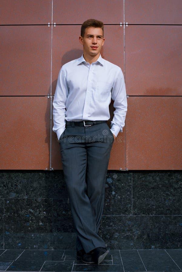 Junger Geschäftsmann in einem hellen Hemd lizenzfreies stockfoto