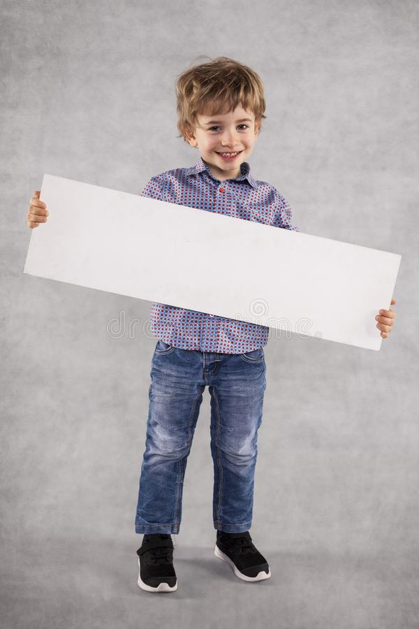 Junger Geschäftsmann hält eine Reklamefläche für Verkauf lizenzfreies stockfoto