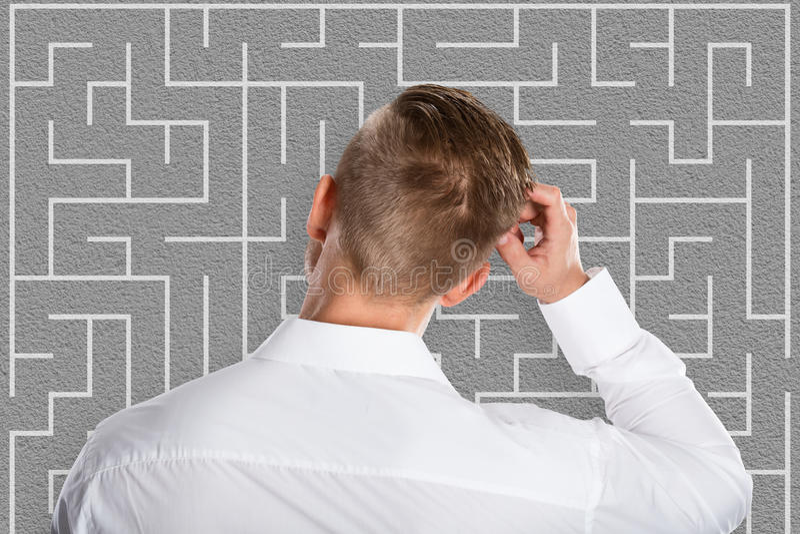 Junger Geschäftsmann Looking At Labyrinth lizenzfreie stockfotografie