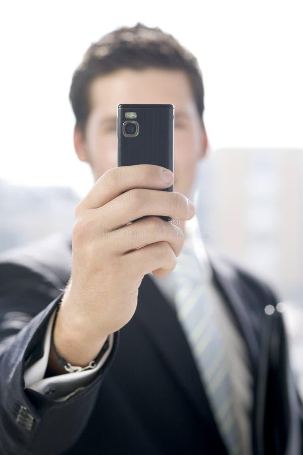 Junger Geschäftsmann macht ein Foto lizenzfreies stockbild