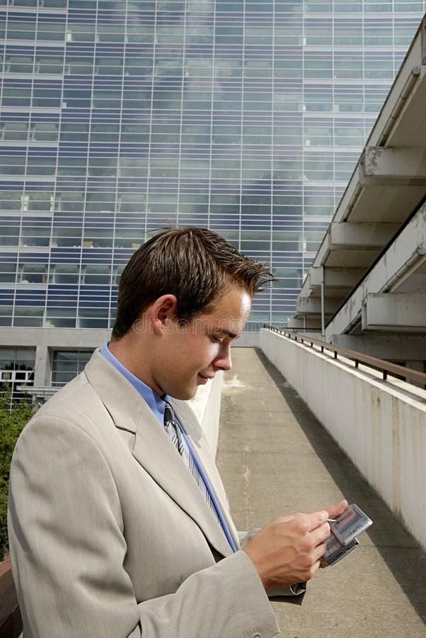 Junger Geschäftsmann mit PDA stockbilder