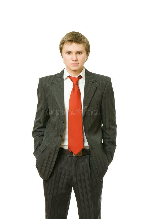 Junger Geschäftsmann mit seinen Händen in den Taschen lizenzfreies stockfoto