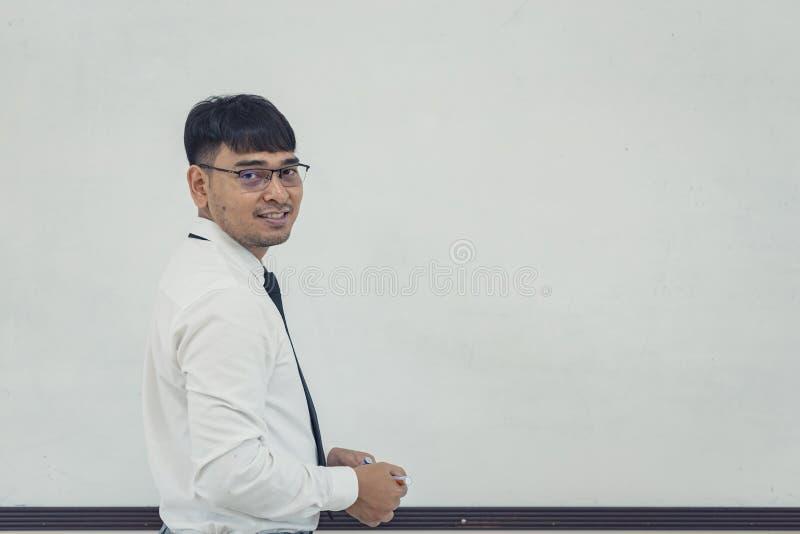 Junger Geschäftsmann schreibt einen Unternehmensplan auf whiteboard lizenzfreies stockbild