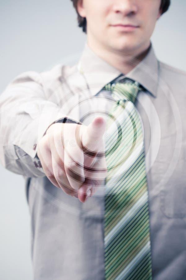 Junger Geschäftsmann spezifiziert in Ihnen einen Finger lizenzfreie stockfotografie