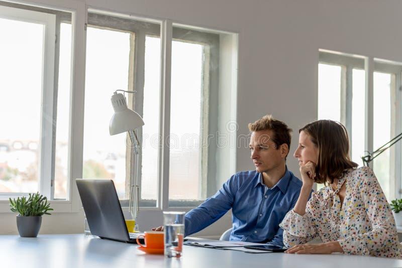 Junger Geschäftsmann und Frau, die zusammenarbeitet lizenzfreies stockfoto