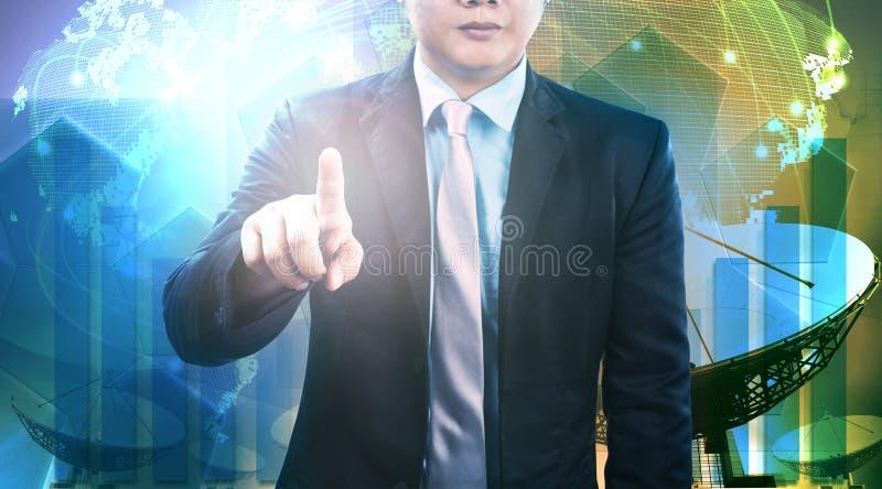 Junger Geschäftsmann und Satellitenschüssel und Kommunikation technolo lizenzfreie stockbilder