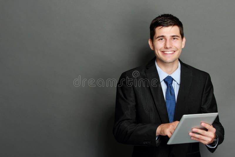 Junger Geschäftsmann unter Verwendung des Tabletten-PC lizenzfreie stockbilder