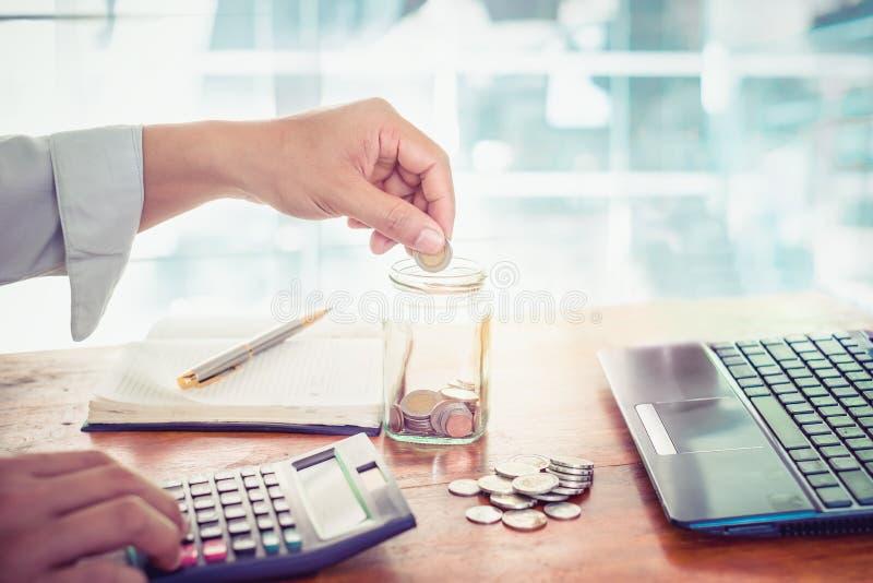 Junger Geschäftsmann unter Verwendung des Taschenrechners für Finanz-, Steuer- und Einsparungsgeld lizenzfreies stockfoto