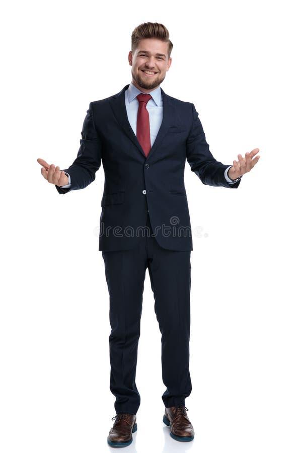 Junger Geschäftsmanngruß und -c$lachen stockfoto