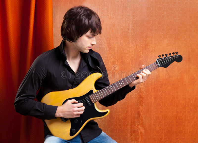 Junger Gitarrenspieler des britischen indie Knallfelsenblickes lizenzfreie stockbilder