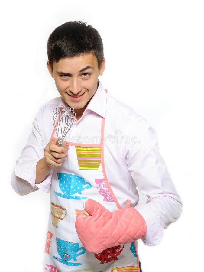 Junger glücklicher Kochmann beim Vorfeldlächeln lizenzfreies stockfoto