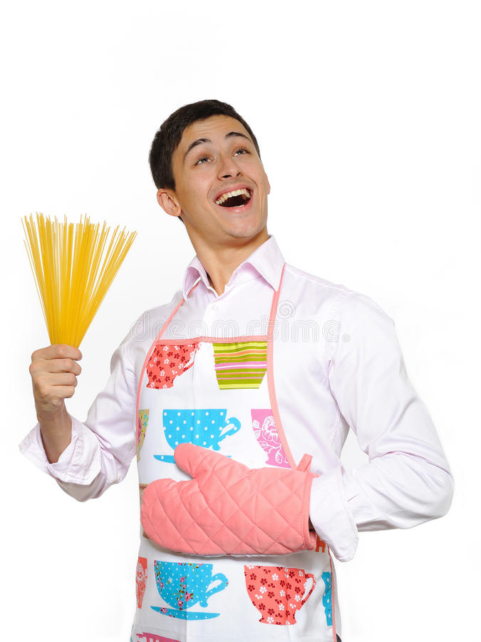 Junger glücklicher Kochmann mit spagetti Teigwaren lizenzfreies stockfoto