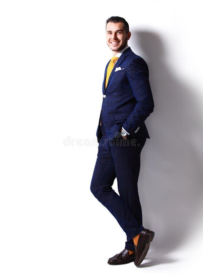 Junger glücklicher lächelnder netter Geschäftsmann lizenzfreie stockbilder