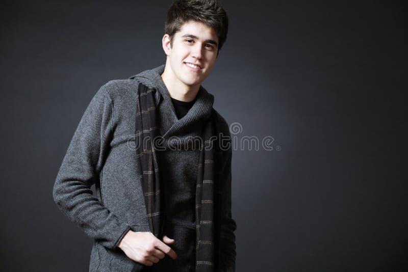 Junger glücklicher Mann, der im Studio possing ist. lizenzfreie stockfotografie
