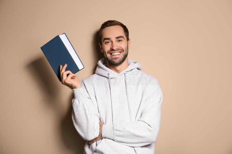 Junger glücklicher Mann mit Buch lizenzfreies stockfoto