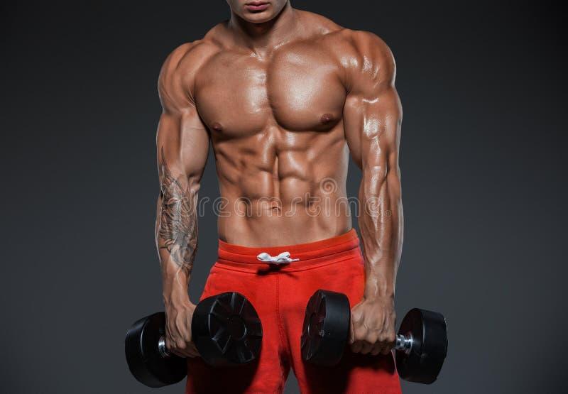 Junger gut aussehender Mann, Athlet, Bodybuilder, Weightlifter Handeln ex lizenzfreie stockfotografie