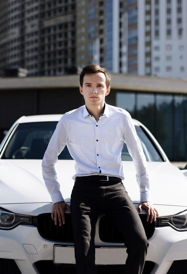 Junger gut aussehender Mann im Hemd nahe dem Auto lizenzfreies stockfoto