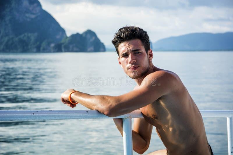 Junger gutaussehender Mann auf einem Boot oder einem Schiff stockfotos