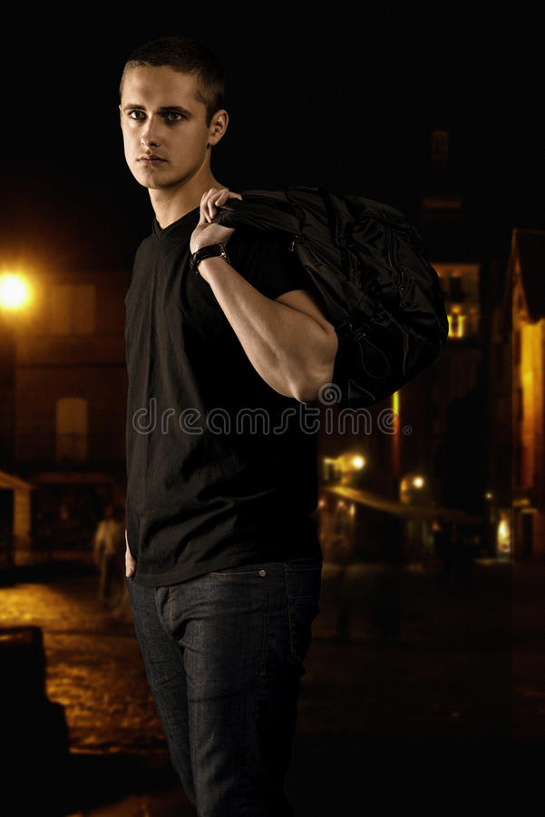 Porträt des Mannes im Schwarzen auf der Straße nachts lizenzfreies stockfoto