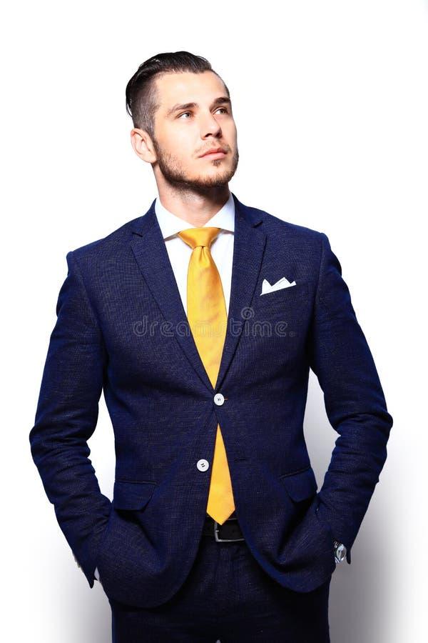 Junger gutaussehender Mann in der Klage, die das Kopieraumdenken betrachtet lizenzfreie stockfotografie