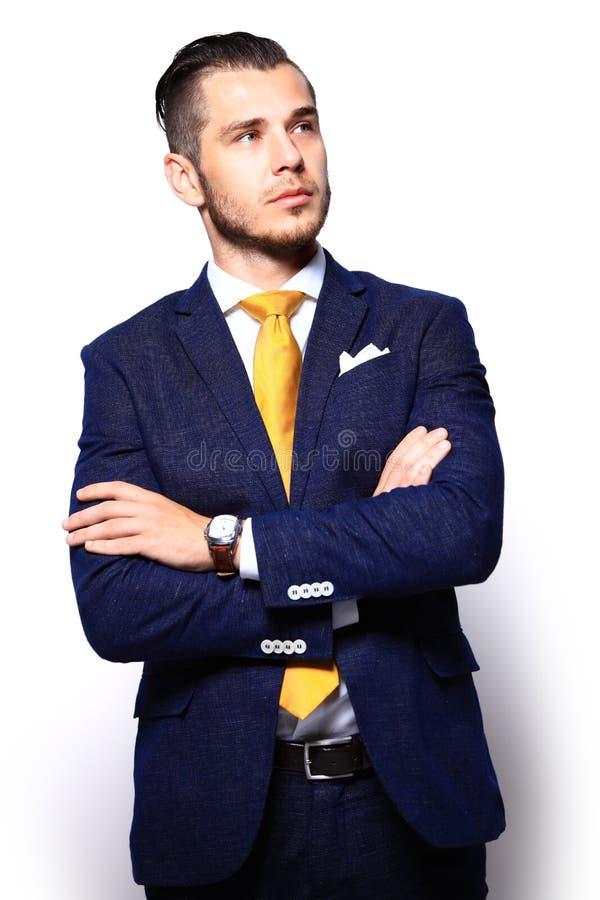 Junger gutaussehender Mann in der Klage, die das Kopieraumdenken betrachtet stockfotografie