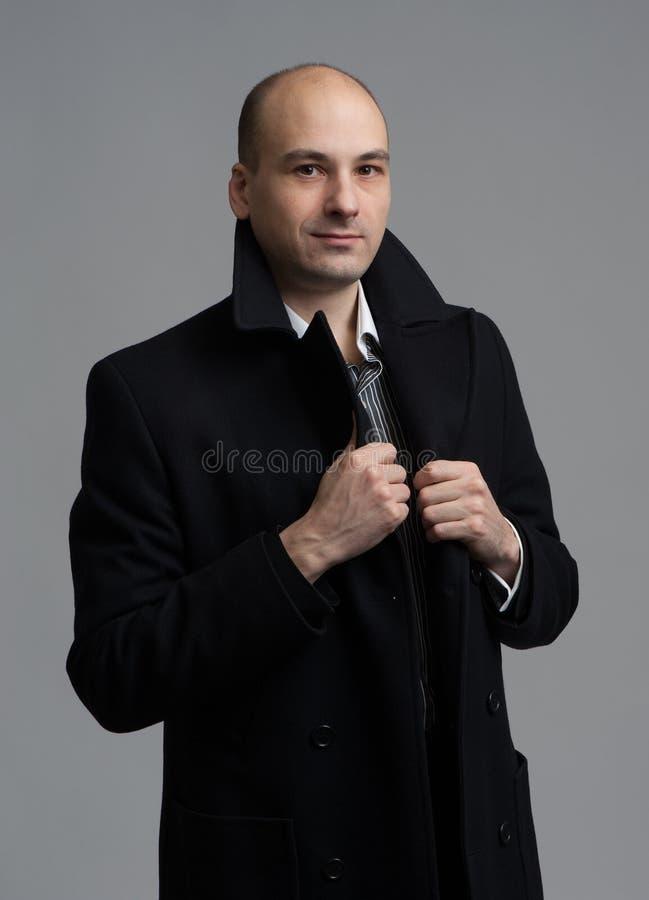 Junger gutaussehender Mann im Mantel lizenzfreies stockfoto