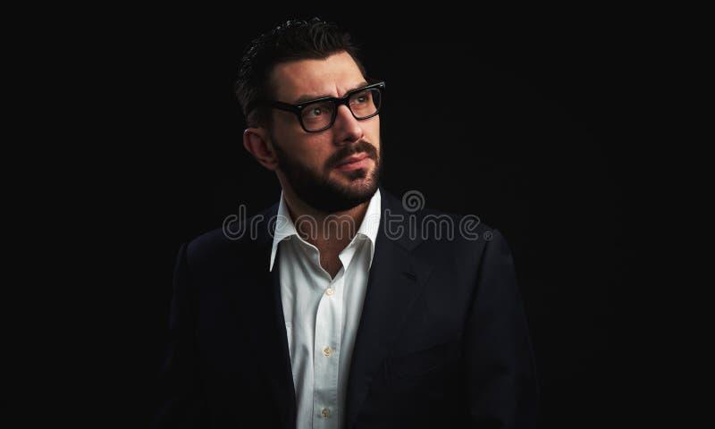 Junger gutaussehender Mann mit Bart lizenzfreie stockfotografie