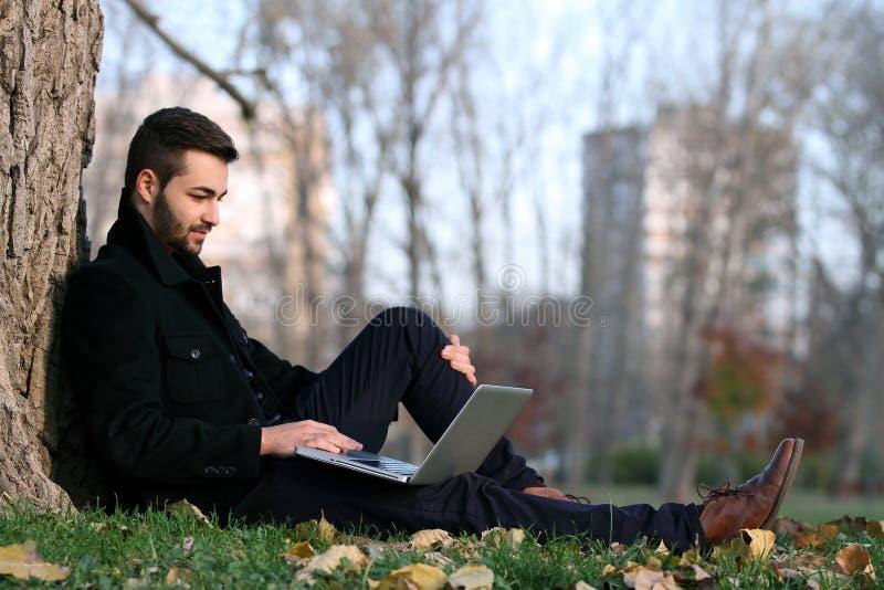 Junger gutaussehender Mann mit Notizbuch stockfotos