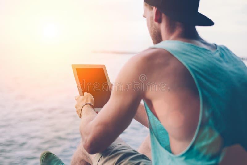 Junger gutaussehender Mann mit Tablet-PC lizenzfreie stockbilder