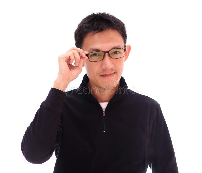 Junger gutaussehender Mann mit tragenden Modebrillen des großen Lächelns lizenzfreie stockbilder